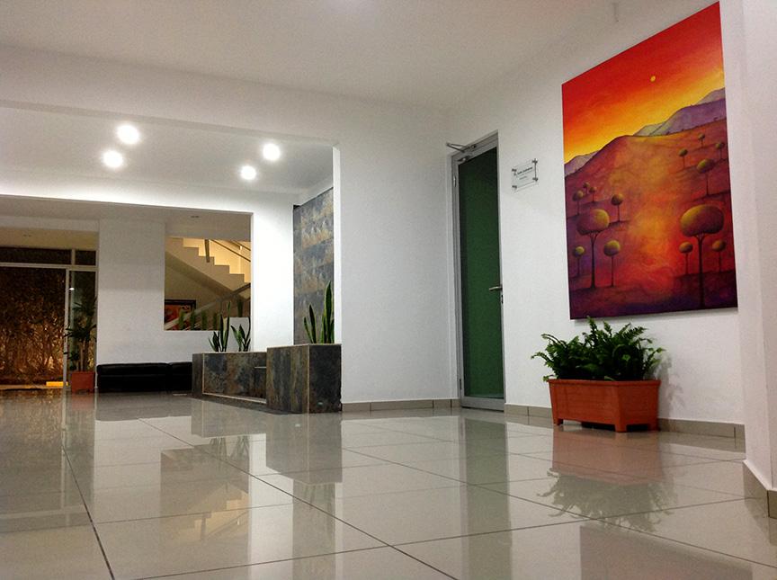 interior-de-instalaciones-centro-medico-oftalmoplastico-el-salvador