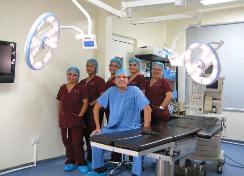 Equipo-medico-Cliinica-de-Cirugia-Plastica-Dr-Gerardo-Flores-Lima-El-Salvador