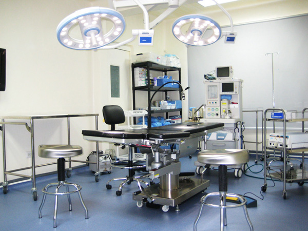 quirofano-clinica-dr-flores-lima-cirugia-plastica-el-salvador